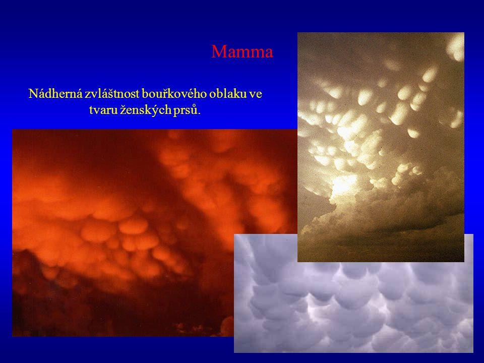 Mamma Nádherná zvláštnost bouřkového oblaku ve tvaru ženských prsů.