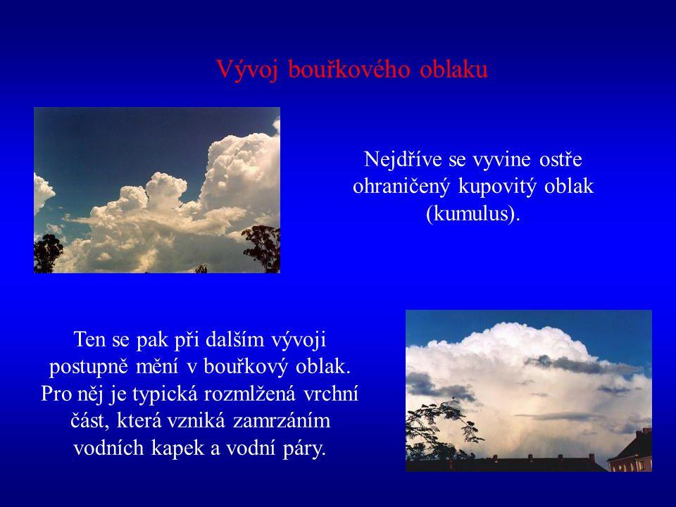 Vývoj bouřkového oblaku Nejdříve se vyvine ostře ohraničený kupovitý oblak (kumulus). Ten se pak při dalším vývoji postupně mění v bouřkový oblak. Pro