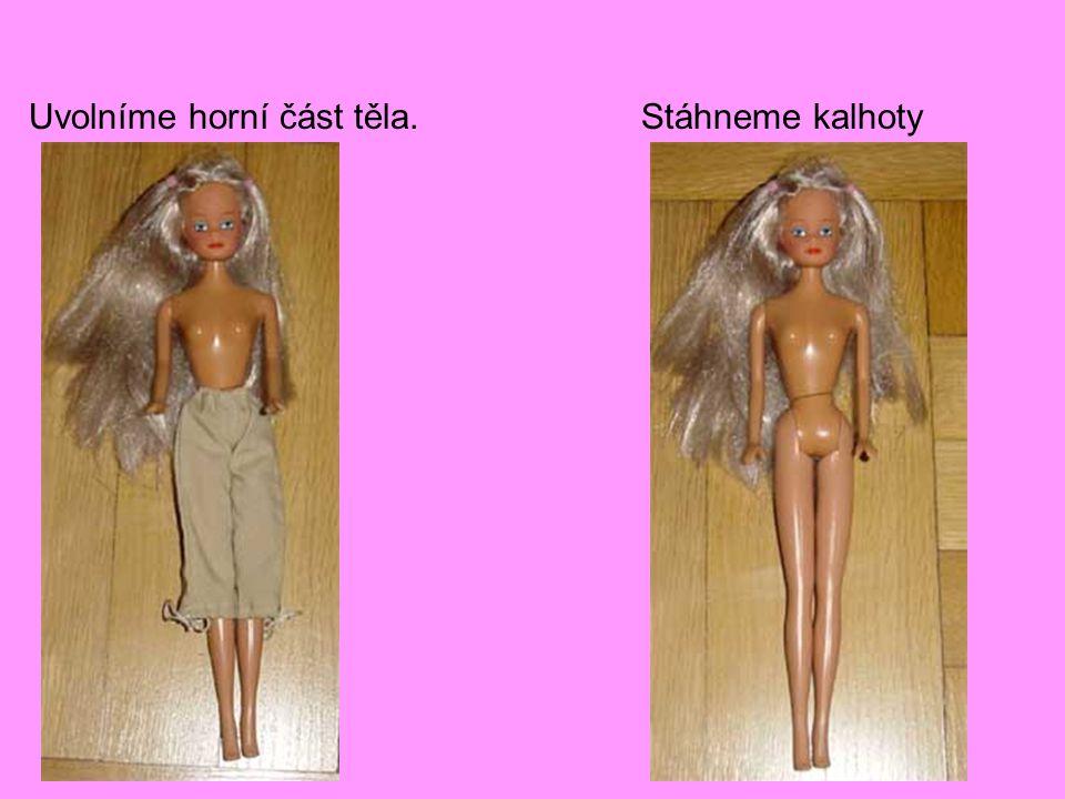 Naštěstí má naše Barbie dlouhé vlasy, takže je lahvička bezpečně skryta.