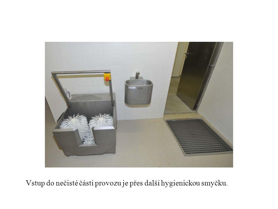 Vstup do nečisté části provozu je přes další hygienickou smyčku.