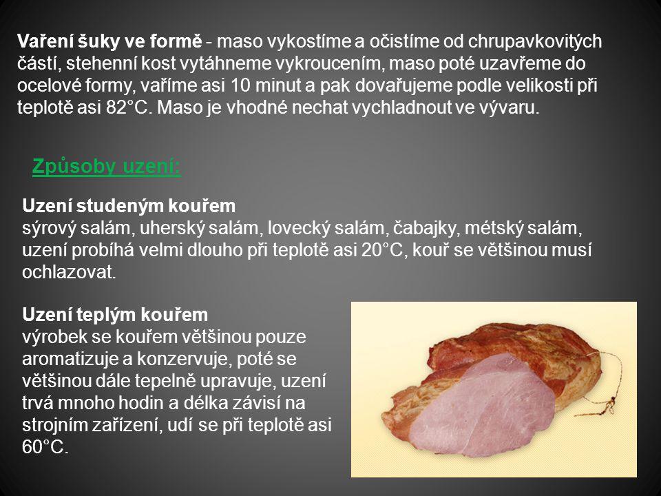 Vaření šuky ve formě - maso vykostíme a očistíme od chrupavkovitých částí, stehenní kost vytáhneme vykroucením, maso poté uzavřeme do ocelové formy, v