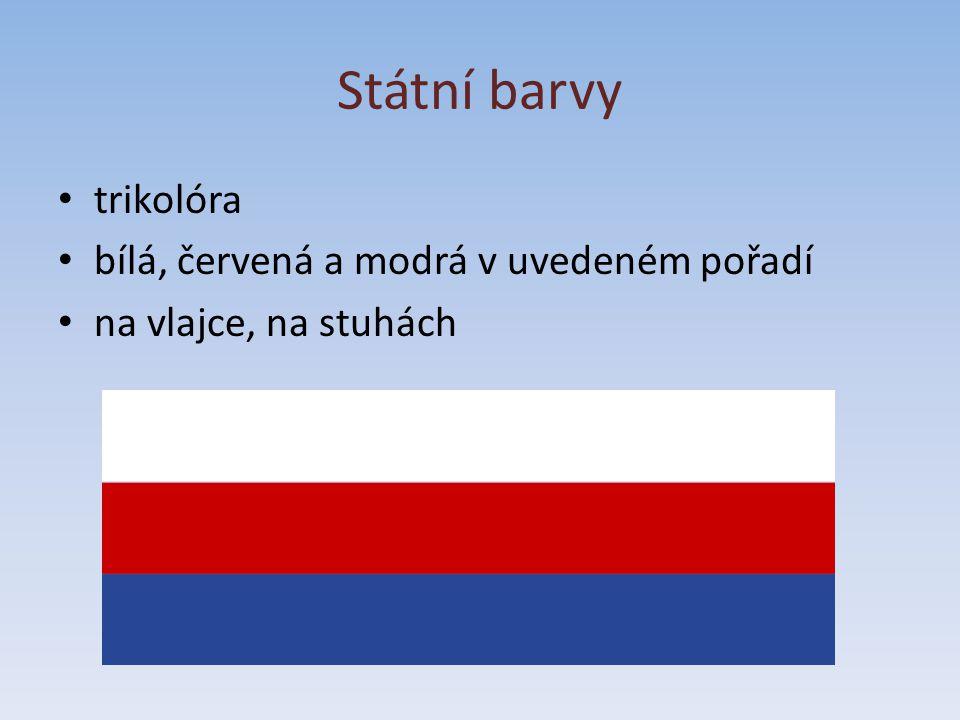Státní vlajka národní barvy ČR horní bílý pruh a dolní červený pruh, modrý klín zasahuje do poloviny šířky vlajky poměr šířky k délce je 2:3