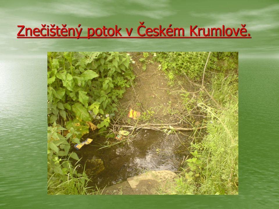 Znečištěný potok v Českém Krumlově.