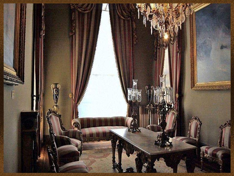 Slavný lustr nad schodištěm vyrobený z křišťálu, mosazi a mahagonu.