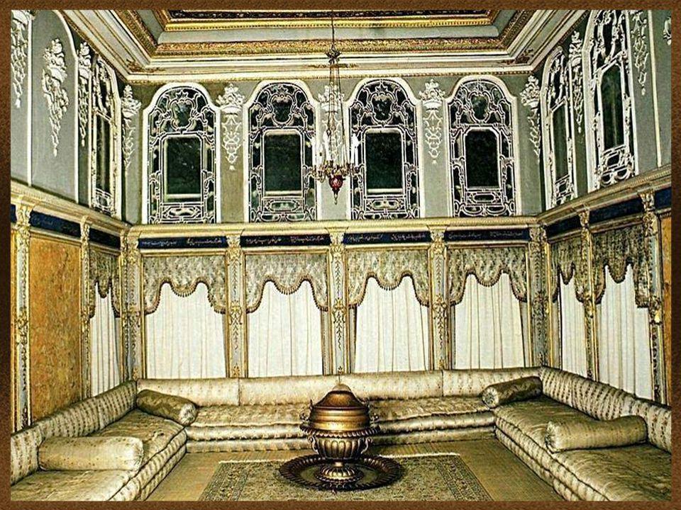 Návrh a výzdoba paláce odráží rostoucí vliv evropských stylů na osmanskou kulturu