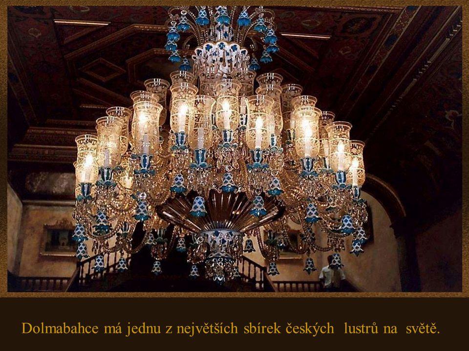 V obřadní síni je lustr z českého kříšťálu, který váží 4,5 tuny a má 750 žárovek.