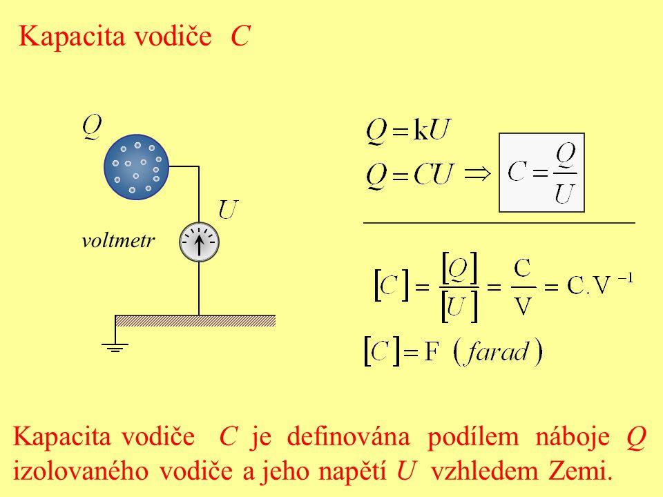 Kapacita vodiče C je definována: a) velikostí náboje, které se na vodič dá umístit, b) podílem potenciálu  izolovaného vodiče a jeho náboje Q, c) podílem náboje Q izolovaného vodiče a jeho potenciálu , d) podílem náboje Q izolovaného vodiče a jeho energie E.