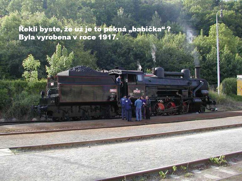 """Praha - Braník Lokomotiva 434.2186 (nazývaná """"dvojka ) právě přijela z depa, aby vedla svůj vlak."""