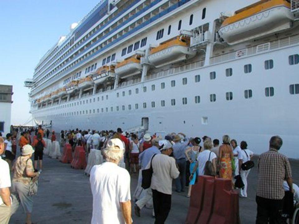 Loď s asi tisíci členy posádky a více než 3000 turisty z více než 60 zemí - především Italy, Francouzi, Němci a Španěly - vyplouvá z přístavu Civitavecchia u Říma směrem do Savony na severu Itálie