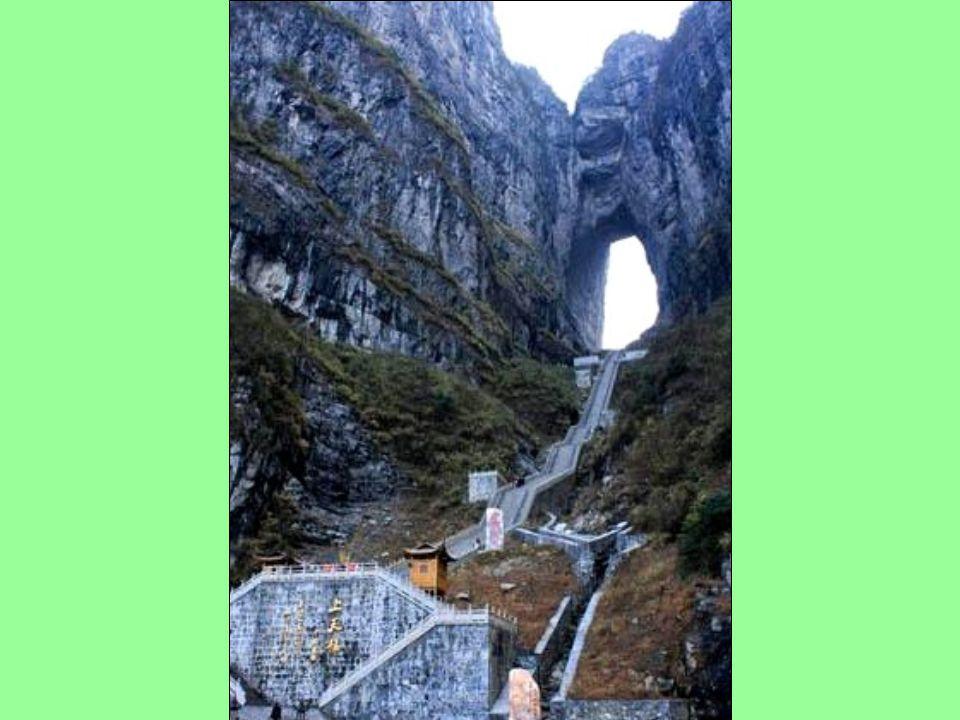 """Jak už bylo ř ečeno, dostanete se sem lanovkou nebo autobusem, chcele-li až do """"tunelu"""", musíte ješt ě zdolat pár schod ů (t ě ch 7 000) po svých."""