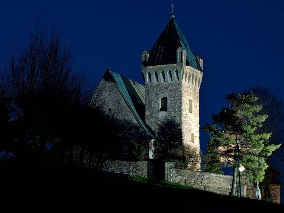 Nad obcí na kopečku 634m n. m. stojí opevněný gotický kostelík sv. Michaela z počátku 13. století. Kostel byl částečně barokně v románském duchu uprav