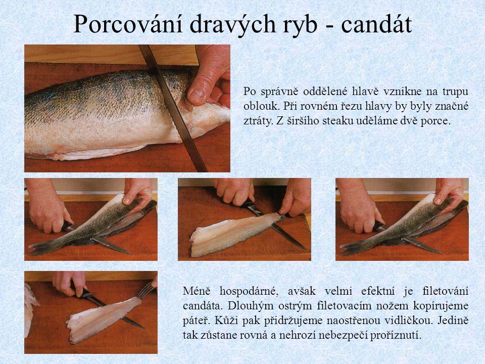 Porcování dravých ryb - candát Po správně oddělené hlavě vznikne na trupu oblouk. Při rovném řezu hlavy by byly značné ztráty. Z širšího steaku udělám