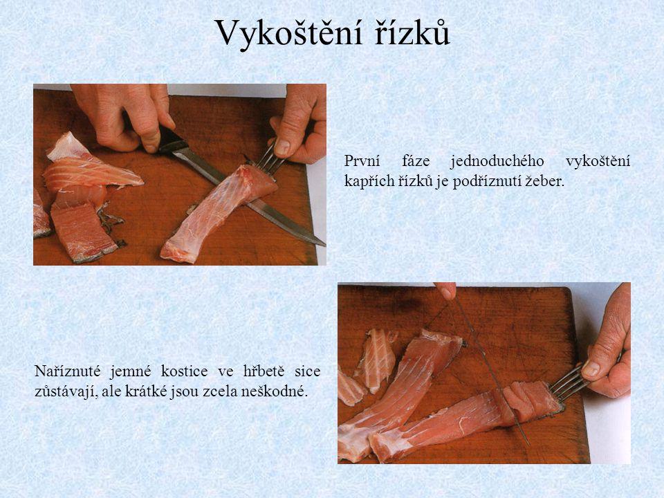 Vykoštění řízků První fáze jednoduchého vykoštění kapřích řízků je podříznutí žeber. Naříznuté jemné kostice ve hřbetě sice zůstávají, ale krátké jsou
