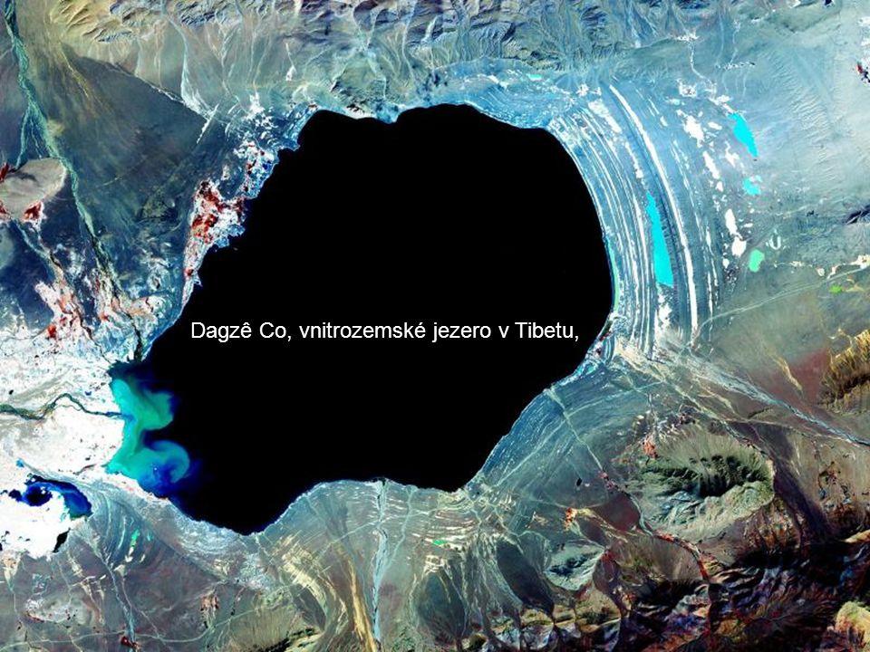 Terre vue de la Station spatiale internationale Země z Mezinárodní vesmírné stanice Kopule ISS s jeho sedmi okny o průměru asi dva metry, mají astronauti panoramatický výhled na životní prostředí naší země.