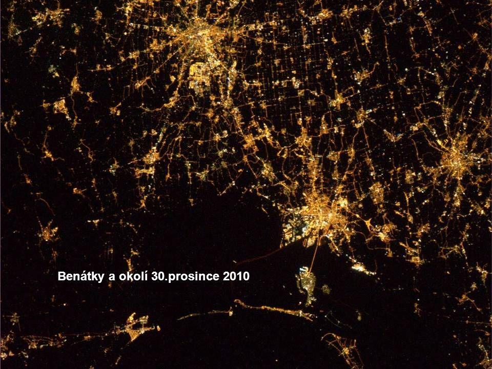 Dvě nejlidnatější čínská města Peking a Šanghaj v noci.