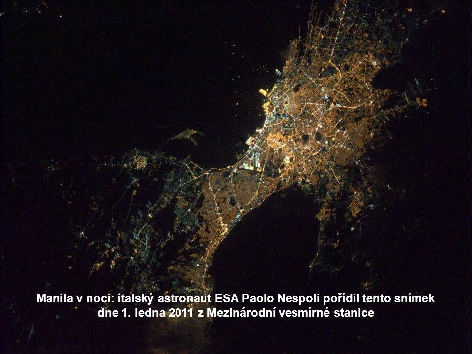 Neapol a Vesuv, jedna ze tří aktivních sopek v Itálii, v předvečer Vánoc 2010