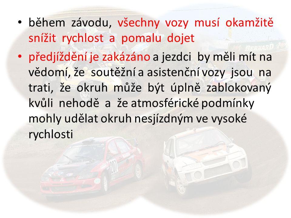 během závodu, všechny vozy musí okamžitě snížit rychlost a pomalu dojet předjíždění je zakázáno a jezdci by měli mít na vědomí, že soutěžní a asistenč