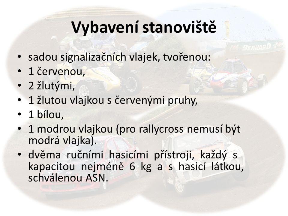 Vybavení stanoviště sadou signalizačních vlajek, tvořenou: 1 červenou, 2 žlutými, 1 žlutou vlajkou s červenými pruhy, 1 bílou, 1 modrou vlajkou (pro rallycross nemusí být modrá vlajka).
