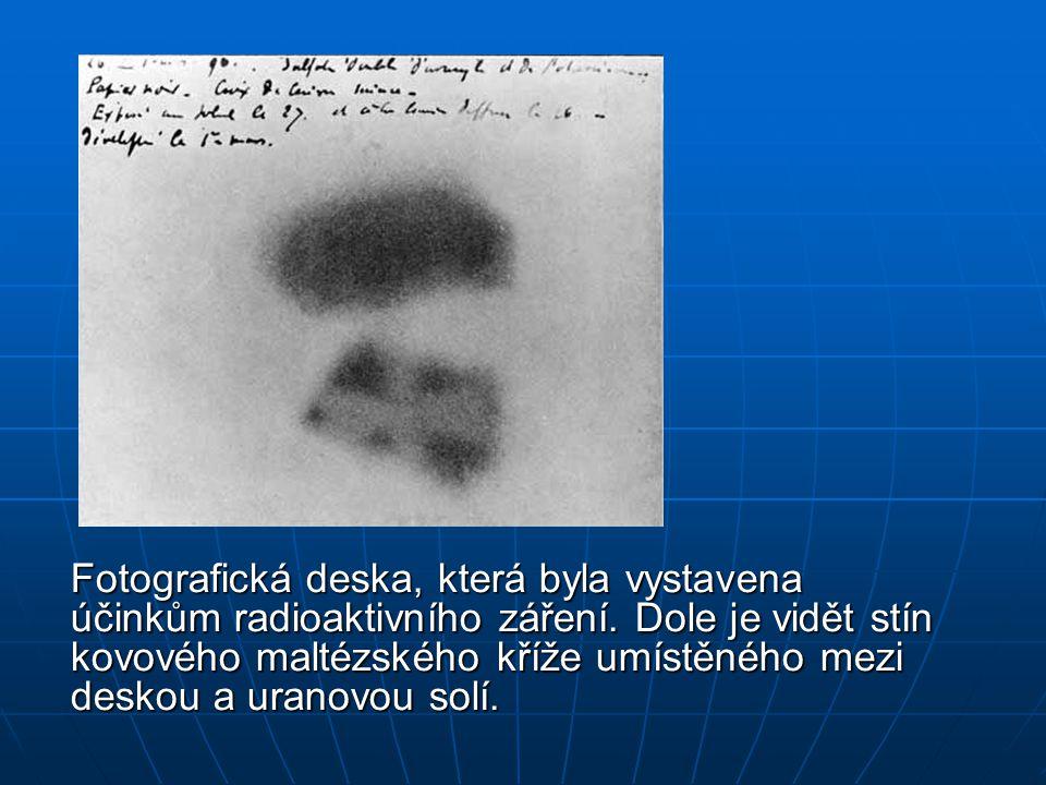 Fotografická deska, která byla vystavena účinkům radioaktivního záření. Dole je vidět stín kovového maltézského kříže umístěného mezi deskou a uranovo