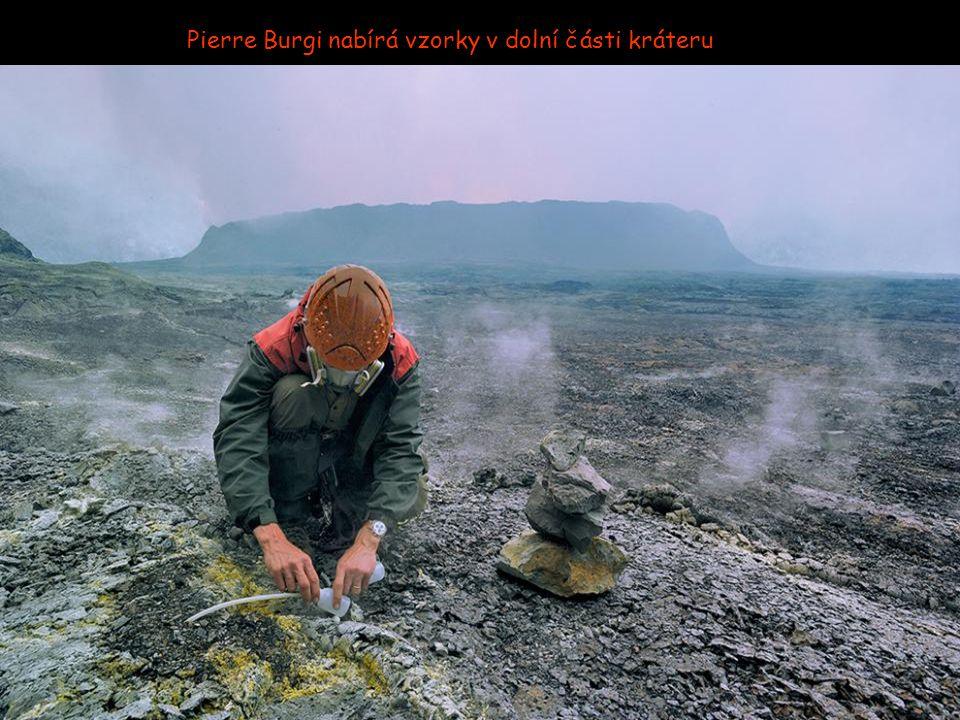 Dario Tedesco, vulkanolog sbírá vzorky plynu k labolatornímu zkoumání