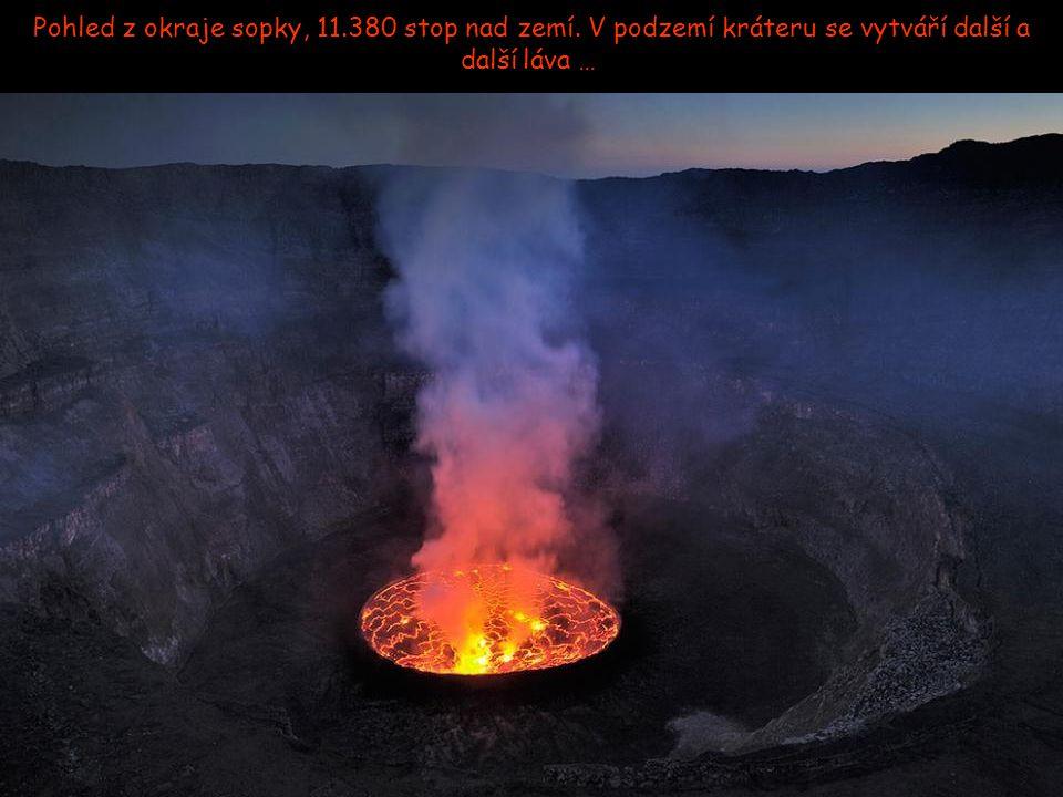 Výron lávy na začátku noci. Láva stéká dolů po stěnách kráteru
