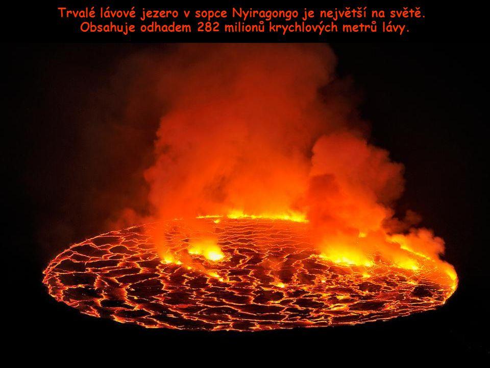 Pohled z okraje sopky, 11.380 stop nad zemí. V podzemí kráteru se vytváří další a další láva …