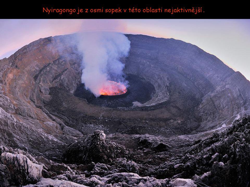 I když se láva často vylévá, stejně se sedm členů expedice ke kráteru neustále vrací.