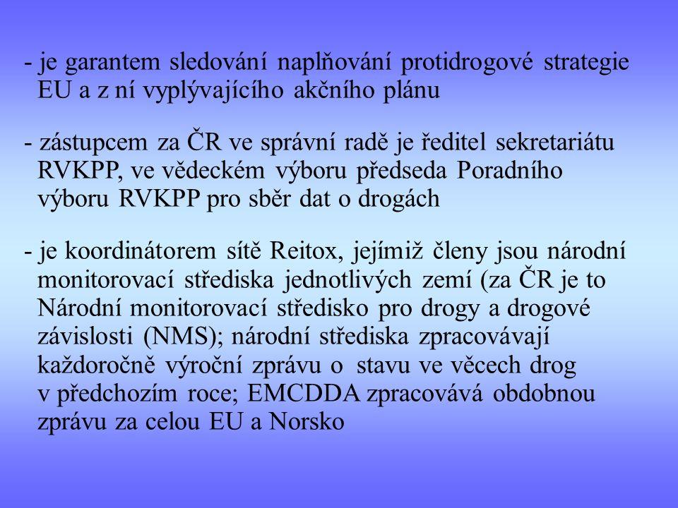 - je garantem sledování naplňování protidrogové strategie EU a z ní vyplývajícího akčního plánu - zástupcem za ČR ve správní radě je ředitel sekretariátu RVKPP, ve vědeckém výboru předseda Poradního výboru RVKPP pro sběr dat o drogách - je koordinátorem sítě Reitox, jejímiž členy jsou národní monitorovací střediska jednotlivých zemí (za ČR je to Národní monitorovací středisko pro drogy a drogové závislosti (NMS); národní střediska zpracovávají každoročně výroční zprávu o stavu ve věcech drog v předchozím roce; EMCDDA zpracovává obdobnou zprávu za celou EU a Norsko