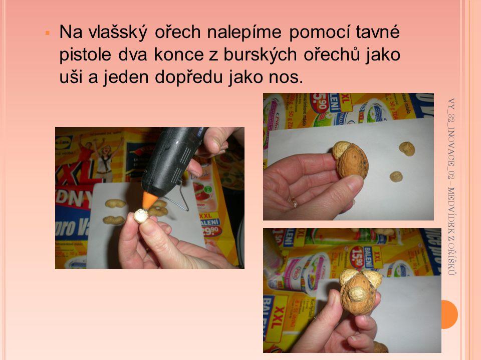  Na vlašský ořech nalepíme pomocí tavné pistole dva konce z burských ořechů jako uši a jeden dopředu jako nos.