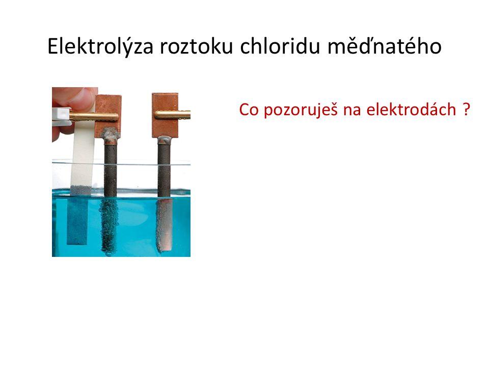Elektrolýza roztoku chloridu měďnatého Co pozoruješ na elektrodách ?