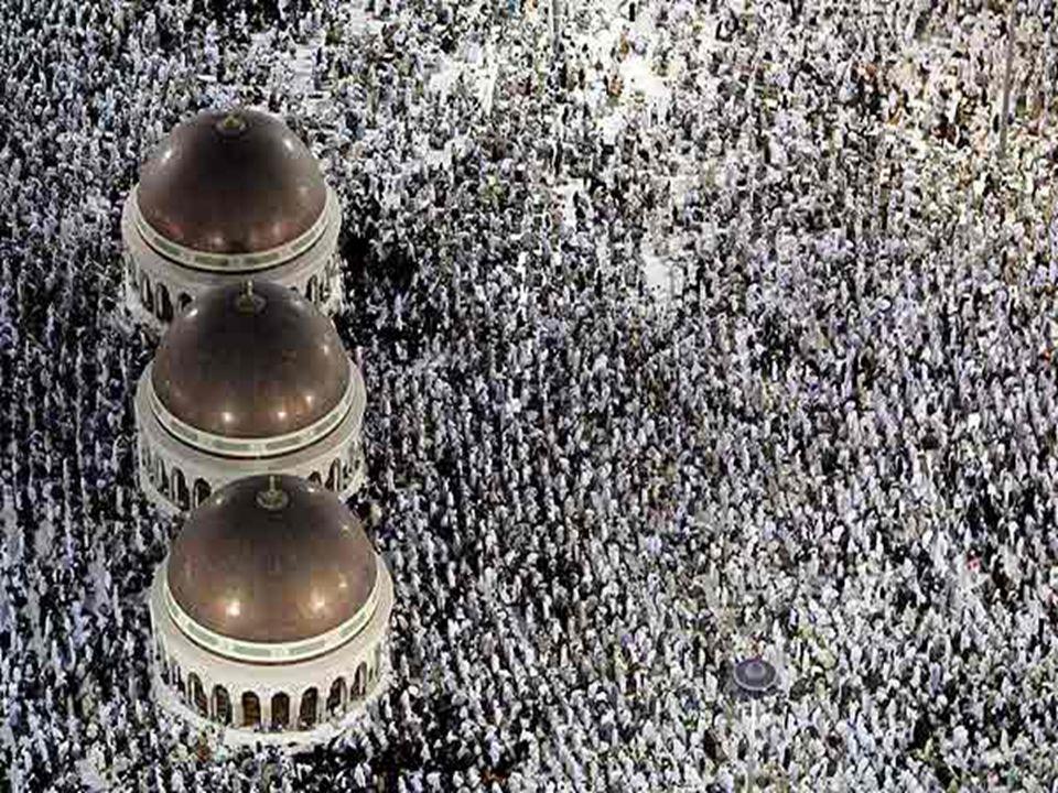 Poutníci modlící se v mešitě Al-Haram