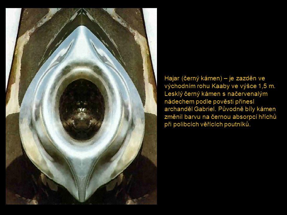 Podlaha Kaaby je z mramorové dlažby