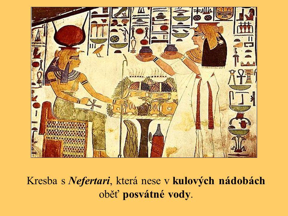 Kresba s Nefertari, která nese v kulových nádobách oběť posvátné vody.