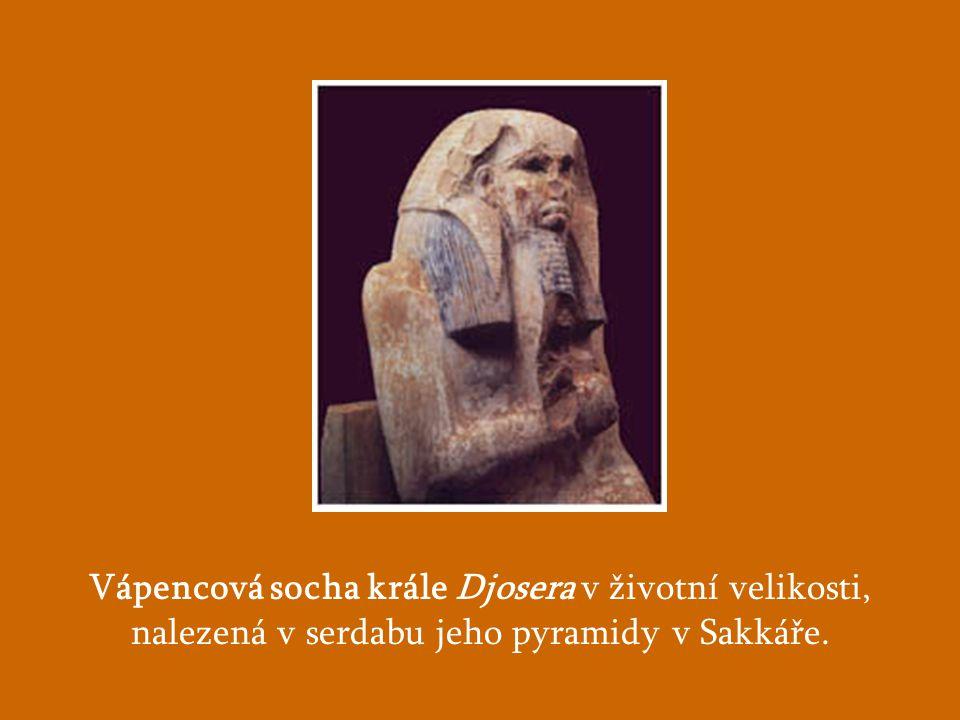 Vápencová socha krále Djosera v životní velikosti, nalezená v serdabu jeho pyramidy v Sakkáře.