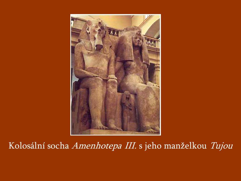 Kolosální socha Amenhotepa III. s jeho manželkou Tujou
