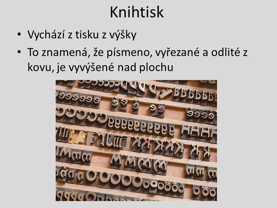 Knihtisk Vychází z tisku z výšky To znamená, že písmeno, vyřezané a odlité z kovu, je vyvýšené nad plochu