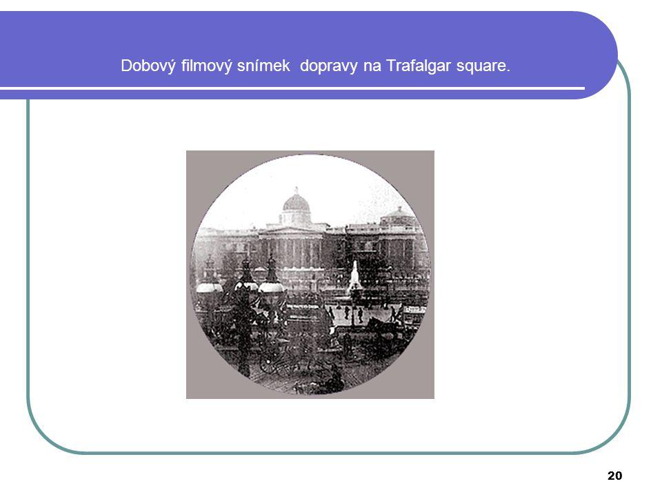 20 Dobový filmový snímek dopravy na Trafalgar square.