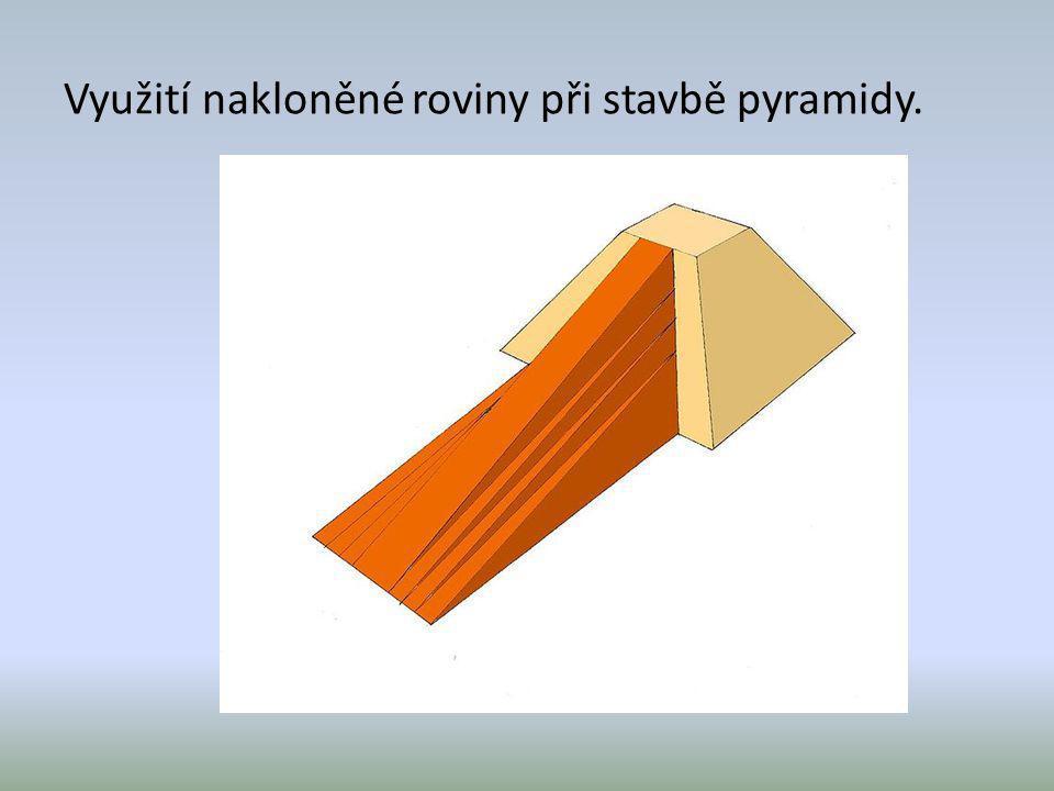 Využití nakloněné roviny při stavbě pyramidy.