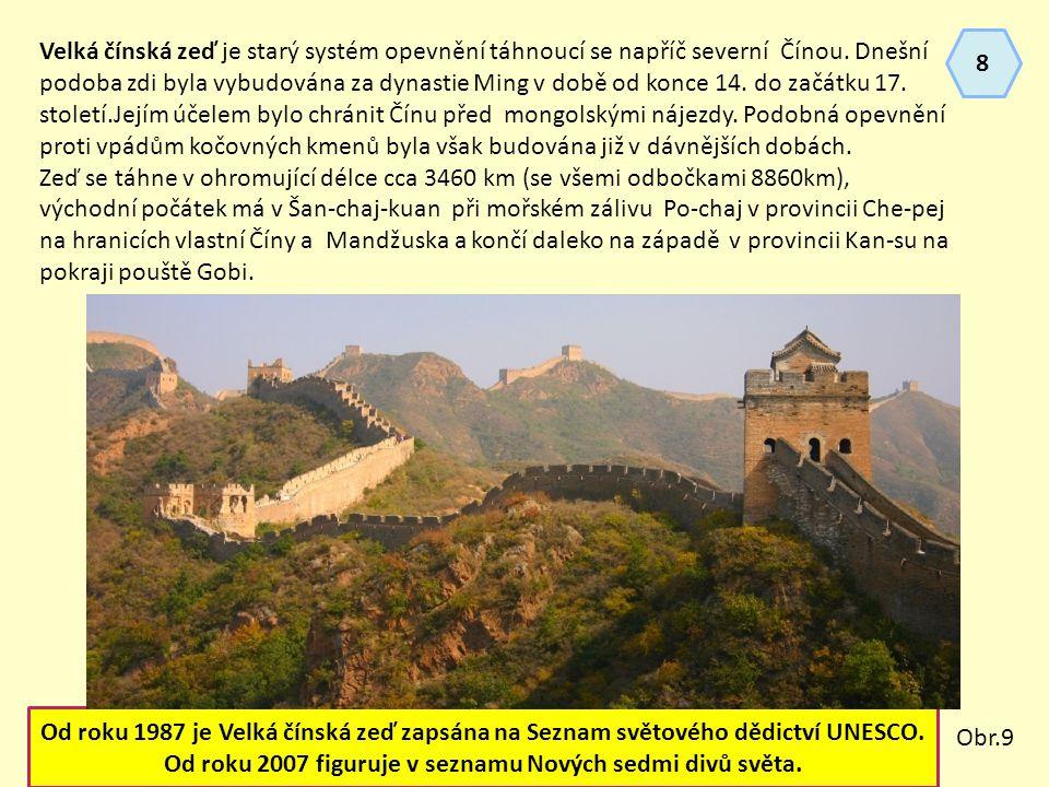 Velká čínská zeď je starý systém opevnění táhnoucí se napříč severní Čínou.