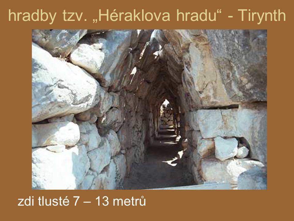 "hradby tzv. ""Héraklova hradu"" - Tirynth zdi tlusté 7 – 13 metrů"