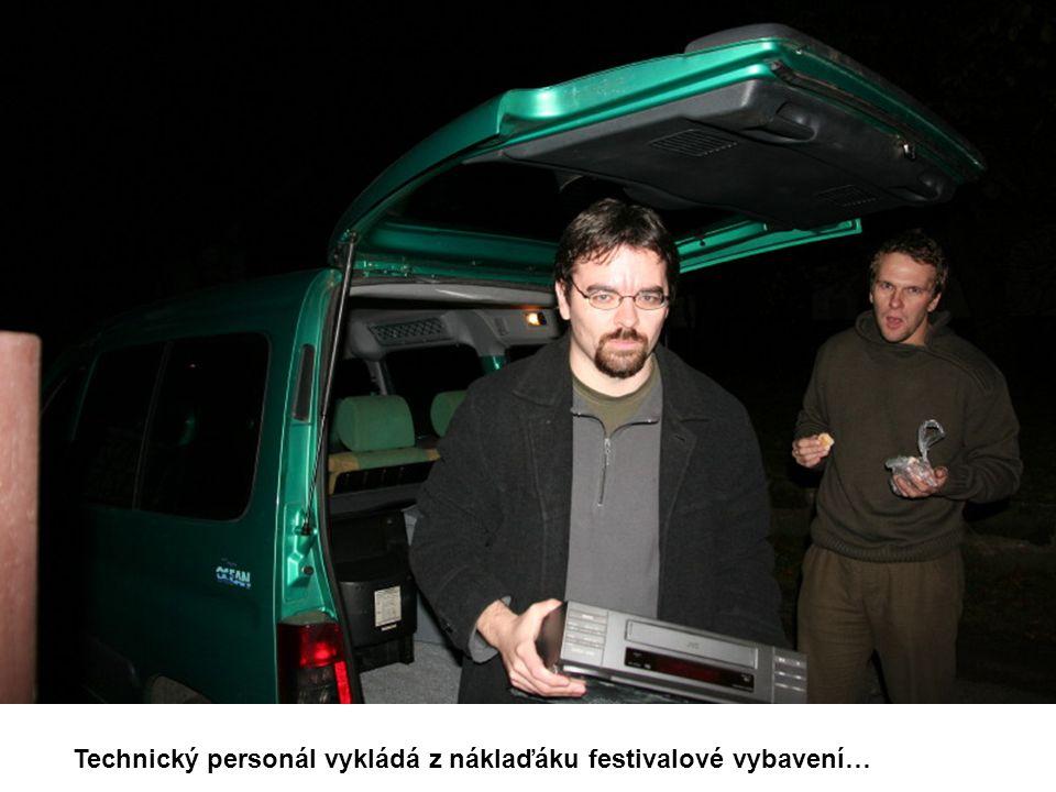 Technický personál vykládá z náklaďáku festivalové vybavení…