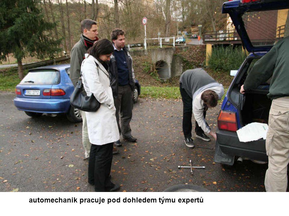 automechanik pracuje pod dohledem týmu expertů