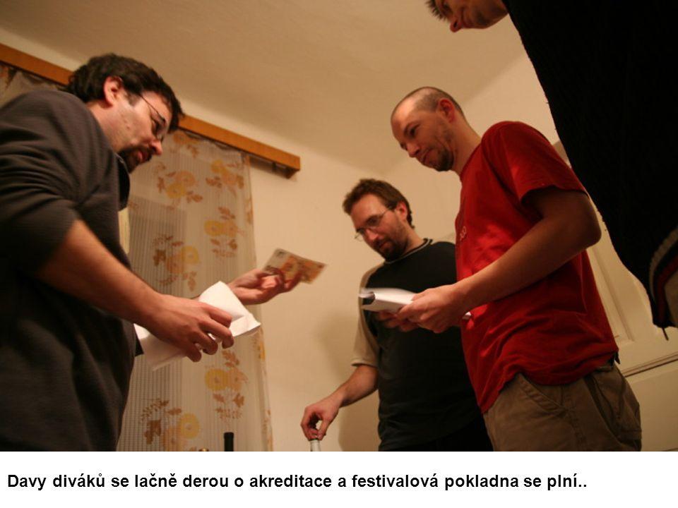 Davy diváků se lačně derou o akreditace a festivalová pokladna se plní..