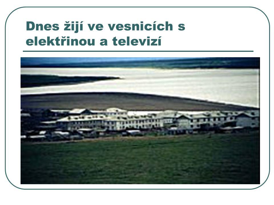Dnes žijí ve vesnicích s elektřinou a televizí
