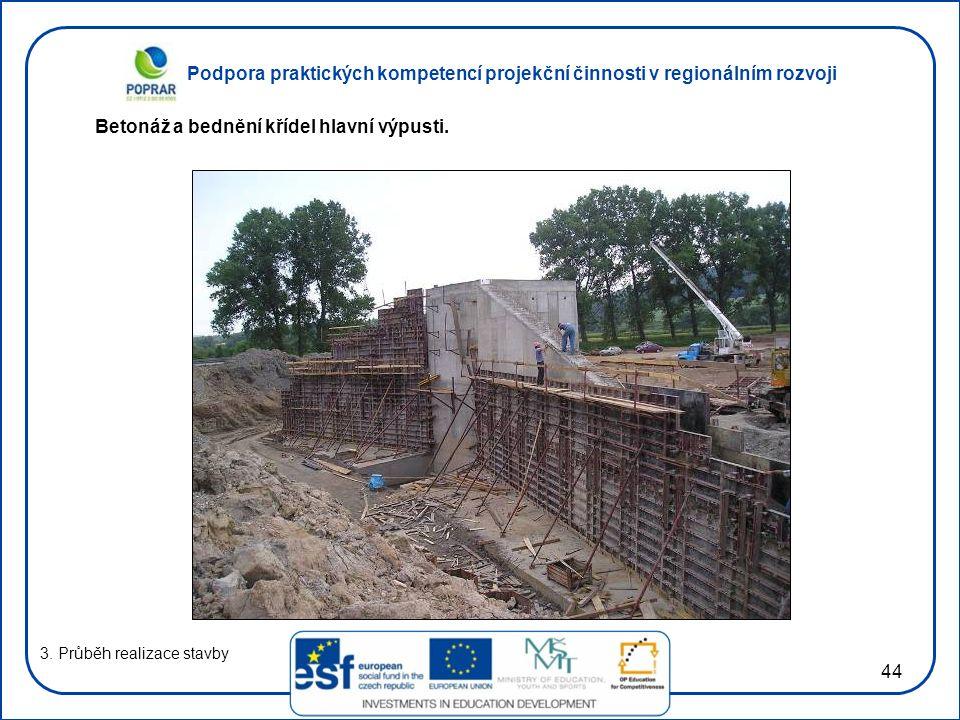 Podpora praktických kompetencí projekční činnosti v regionálním rozvoji 44 3. Průběh realizace stavby Betonáž a bednění křídel hlavní výpusti.