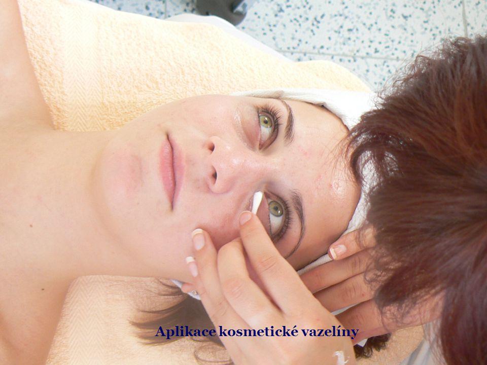 Aplikace kosmetické vazelíny