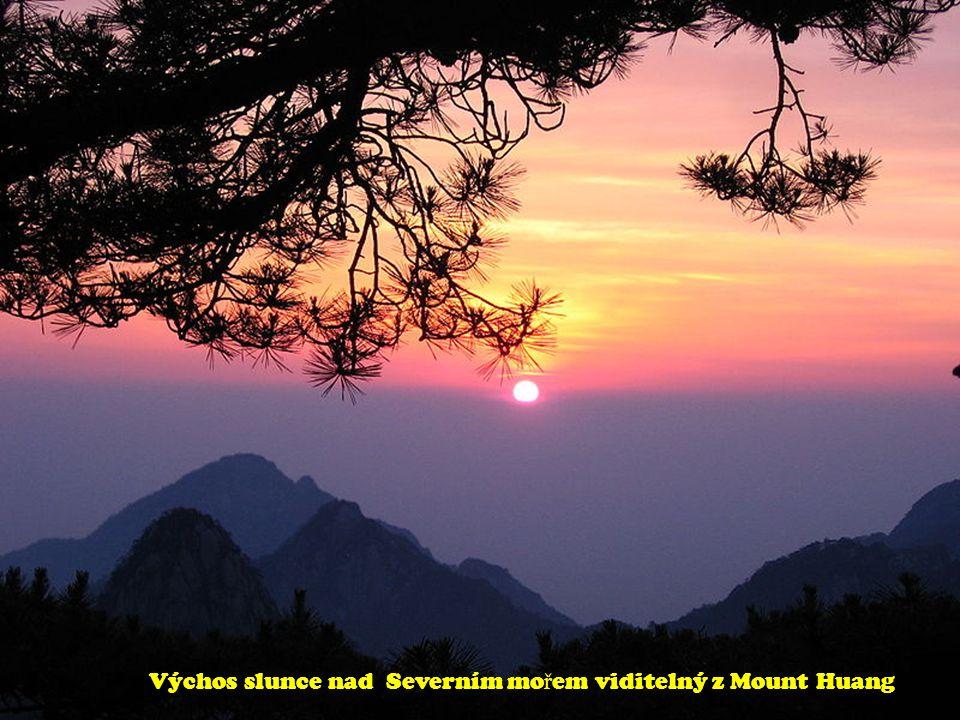 Výchos slunce nad Severním mo ř em viditelný z Mount Huang