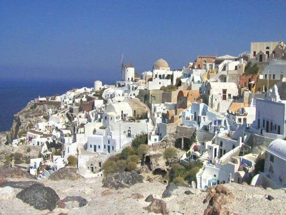 Ostrov Santorini vznikl vulkanickou činností, po výbuchu sopky se vytvořil kráter a tento krásný ostrov byl na světě.