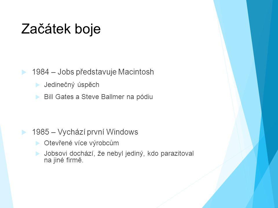 Začátek boje  1984 – Jobs představuje Macintosh  Jedinečný úspěch  Bill Gates a Steve Ballmer na pódiu  1985 – Vychází první Windows  Otevřené více výrobcům  Jobsovi dochází, že nebyl jediný, kdo parazitoval na jiné firmě.