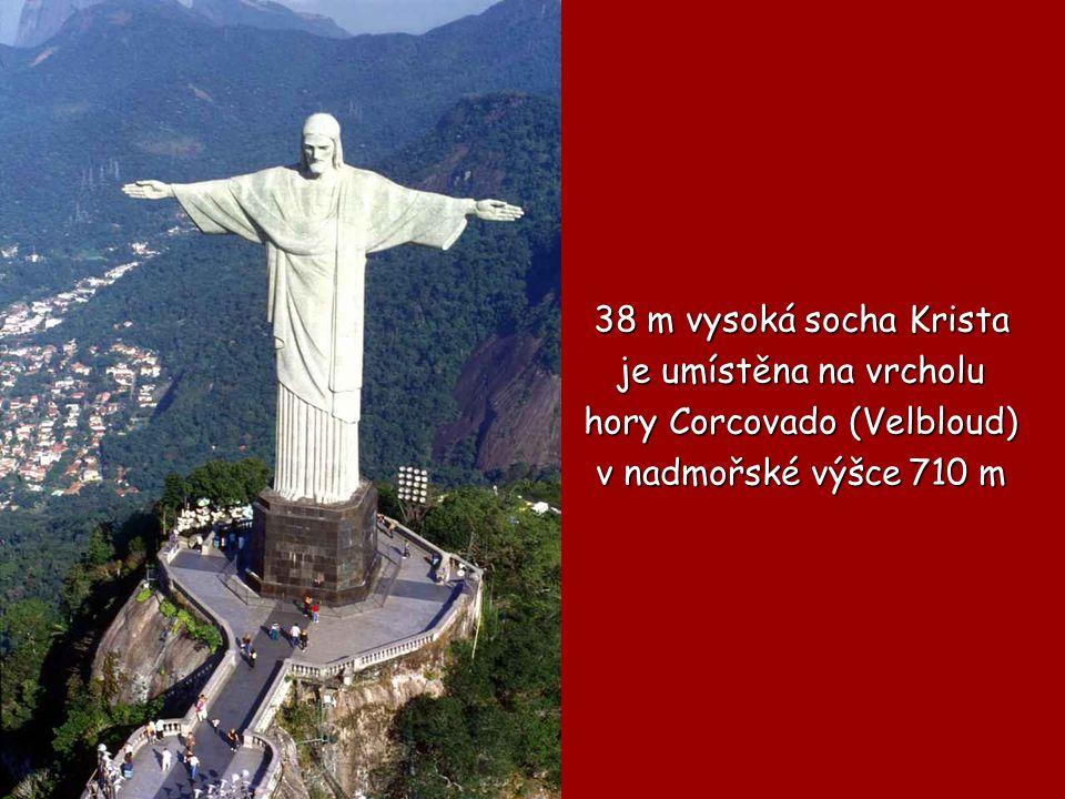 38 m vysoká socha Krista je umístěna na vrcholu je umístěna na vrcholu hory Corcovado (Velbloud) v nadmořské výšce 710 m